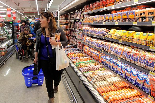 Ossandón y Girardi proponen que supermercados donen alimentos por vencer o mal rotulados