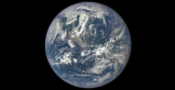 La primera imagen en que se ve toda la cara iluminada de la Tierra