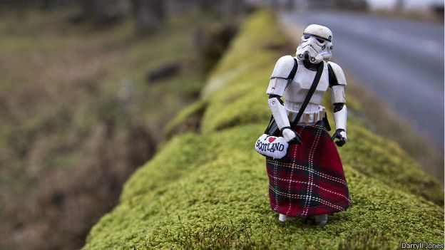 Eric de paseo por las colinas escocesas, debidamente vestido para la ocasión.