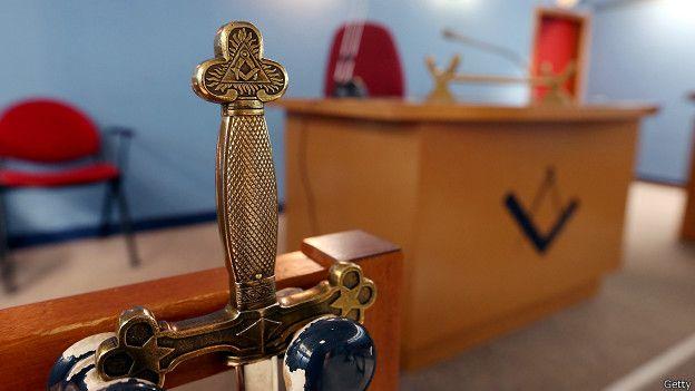 Masones expulsan a juez Emilio Elgueta tras descubrirse que practicaba