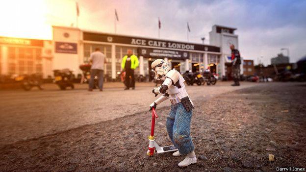 """""""Esta fue la primera visita de Eric a un café ACE, pero se sintió intimidado por las personas que iban en sus enormes motocicletas"""", relató Jones."""