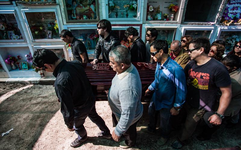 12 de Agosto del 2015 /  TOCOPILLA Funeral de Teresa Díaz Bugueño y Mirna Bugeño, fallecidas en el alud que cayó sobre la población 5 de octubre el Sábado 8 de Agosto. FOTO: MAGALY VISEDO S. / AGENCIAUNO