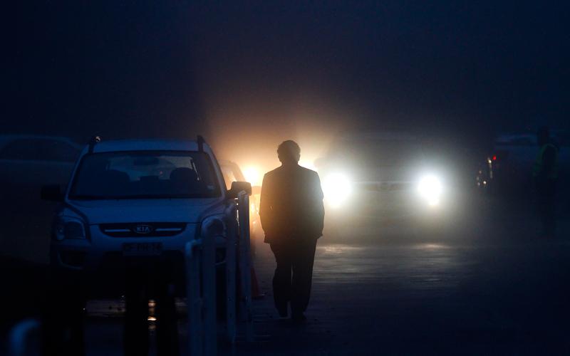 13 de agosto del 2015/SANTIAGO Con una denza neblina amaneció hoy en la capital, donde la Dirección Meteorológica de Chile pronostico lluvias para la capital. FOTO: JAVIER SALVO/AGENCIAUNO