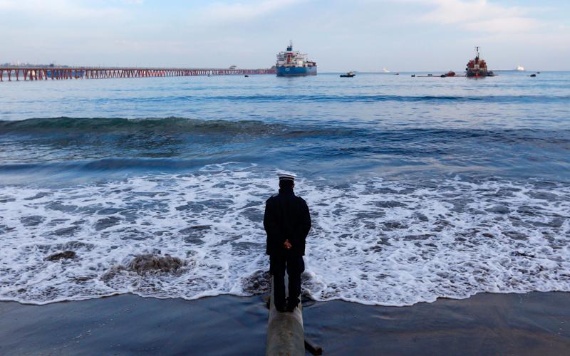 """13 de Agosto del 2015/QUINTERO Personal de la Armada observa los trabajos que se realizan en el buque tanque """" Doña Carmela"""" ubicado en el terminal Barcaza de Enap, tras el derrame de petróleo que origino la madrugada de este jueves en la bahía de Quintero, región de Valparaíso, activando a las 00.15 horas los planes de contingencia de las empresas, Enap Oxiquim, Copec, Copec, Ventanas, GNL y Asimar. FOTO: RAUL ZAMORA/AGENCIAUNO"""