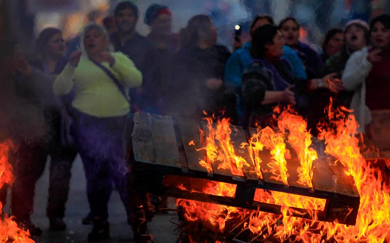14 de Agosto del 2015/ CONCEPCION Comerciantes ilegales de calle Caupolicán en Concepción mantuvieron cortado el tránsito a la altura de Maipú, instalando barricadas. Tras unos minutos de manifestación, accedieron a dialogar y deponer la acción. FOTO:JUAN GONZALEZ/AGENCIAUNO