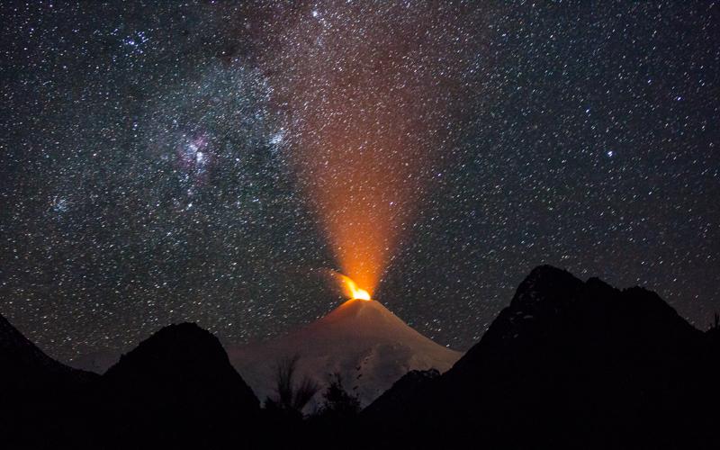 14 de Agosto de 2015/PUCON  El volcán Villarrica nuevamente ha demostrado   signos de actividad en su crater luego de que desde hace dias  comenzara a ser visible una intensa incandescencia nocturna. FOTO:DAVID CORTES SEREY/AGENCIAUNO.