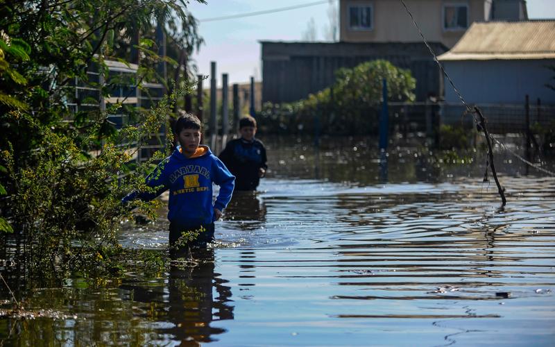 10  Agosto de 2015 /VALPARAISO  Dos Niños Pasan por las Viviendas inundadas en el camino la playa de Laguna Verde donde entro el Mar  después del frente de lluvias y viento que afectó a la zona centro sur del País.  FOTO : PABLO OVALLE ISASMENDI / AGENCIAUNO