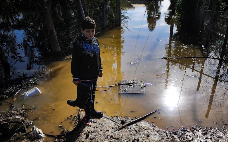 10  Agosto de 2015 /VALPARAISO  Un niño preocupado por su Vivienda inundada en el camino la playa de Laguna Verde donde entro el Mar  después del frente de lluvias y viento que afectó a la zona centro sur del País.  FOTO : PABLO OVALLE ISASMENDI / AGENCIAUNO