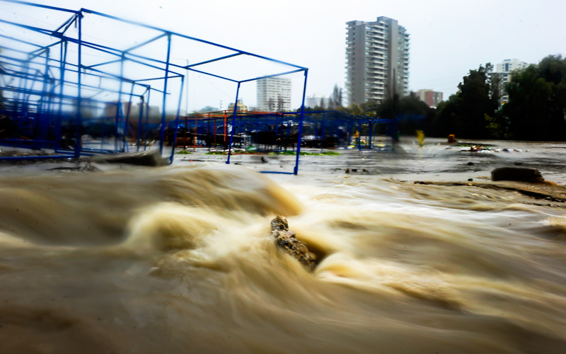06 Agosto  2015/CON CON  Crecida del estero Marga Marga en puente Cancha sector feria de Viña del Mar  araiz de las fuertes lluvias que afectan a la región de Valparaiso . FOTO : PABLO OVALLE ISASMENDI / AGENCIAUNO