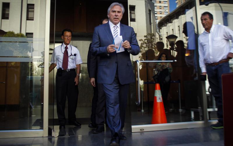 27 de Marzo de 2015/SANTIAGO El senador UDI, Ivan Moreira , se retira de la Fiscalia Nacional luego de prestar declaraciones por mas de cuatros horas y media en el marco de la investigación por el caso Penta FOTO: ALVARO COFRE/AGENCIAUNO