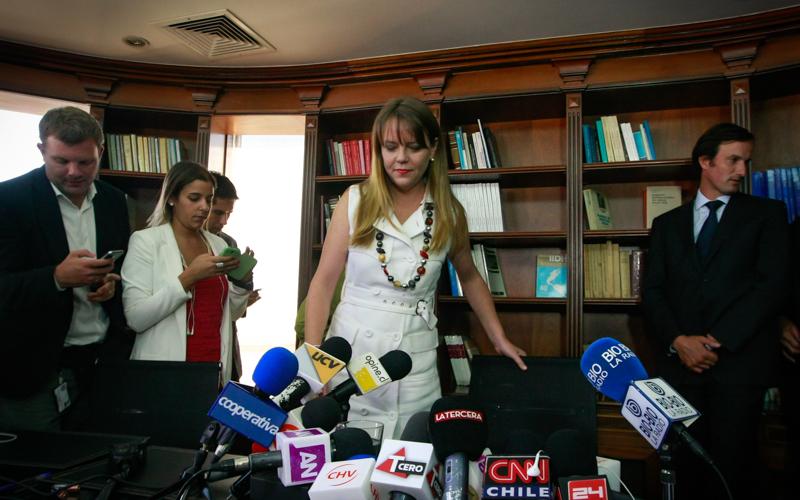 07 Abril 2015/SANTIAGO  La senadora Ena Von Baer, realiza punto de prensa al término de su  declaración en las oficinas de Balmaceda y Cox, en el marco del caso Penta. FOTO: JORGE FUICA/AGENCIAUNO