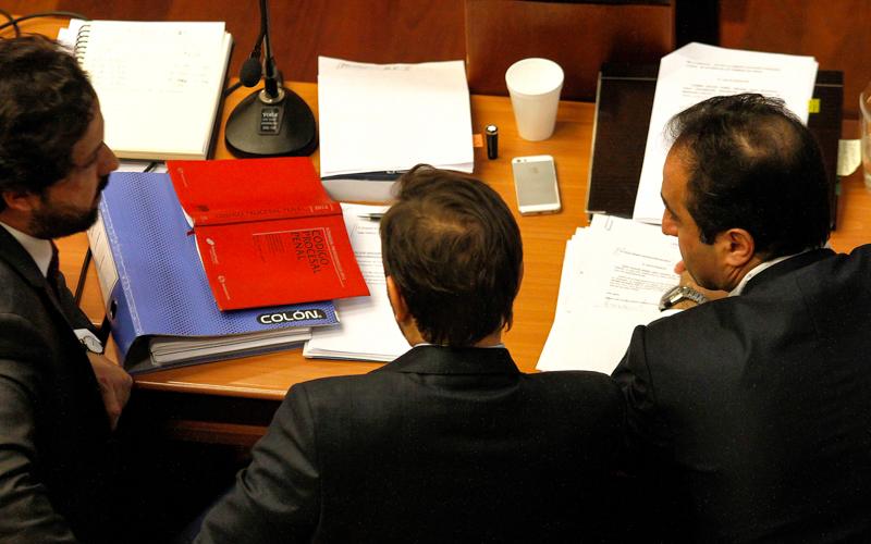 22 de Junio de 2015/SANTIAGO_. El ex alcalde de Santiago, Pablo Zalaquett(3ro de izq a der) conversa con sus abogados durante la Formalizacion del Caso Penta en el Centro de Justicia FOTO: PEDRO CERDA/AGENCIAUNO_.