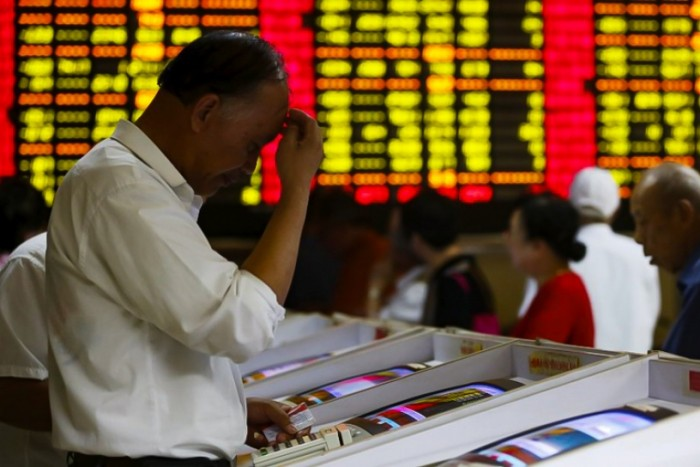 Pánico se apodera de mercados tras desplome de bolsas mundiales y arrastran con fuerza al peso, al cobre y a la Bolsa local, con su mayor caída en dos años