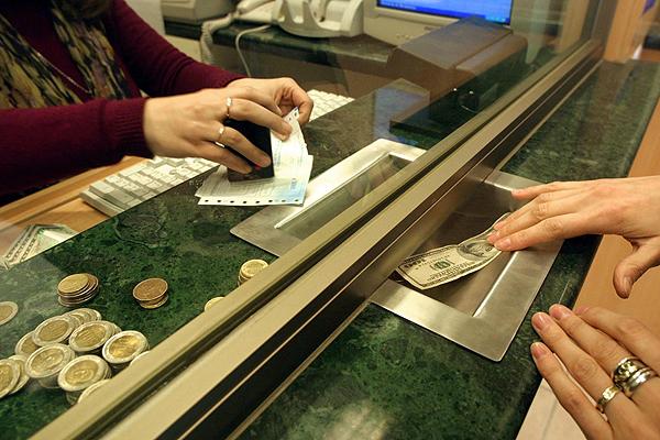 Dólar cayó con fuerza hasta los $648,8 este lunes, su valor más bajo en más de un año