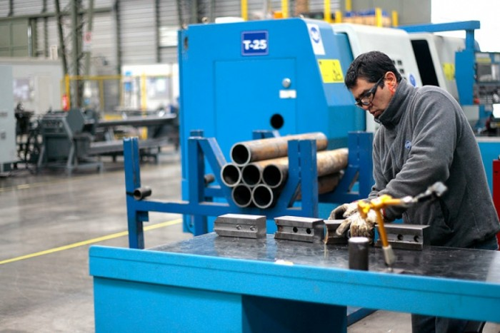 Crisis de los salmones y fuertes lluvias marcaron sorpresiva contracción de 3,4% de producción industrial en abril