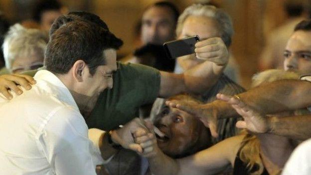 Tsipras es ovacionado por sus seguidores a la llegada a la sede de su partido.