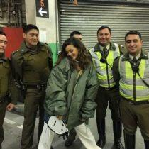La curiosa imagen de Rihanna posando junto a un grupo de carabineros