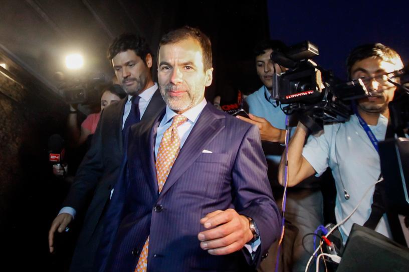 01 de Marzo Jose Maria Eyzaguirre, gerente  de Soquimich, se retira de noche junto a sus abogados luego de declarar en la fiscalia nacional.  FOTO:VICTOR PEREZ/AGENCIAUNO