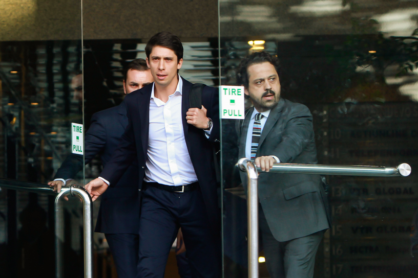 24 de Abril 2015/SANTIAGO Sebastián Pizarro, hijo del Senador Jorge Pizarro a la salida al edificio de la Fiscalía Nacional para declarar en el marco del caso SQM FOTO: JORGE FUICA/AGENCIAUNO