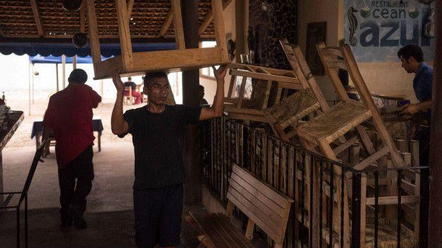 En locales de Puerto Vallarta se preparan para la llegada de Patricia.