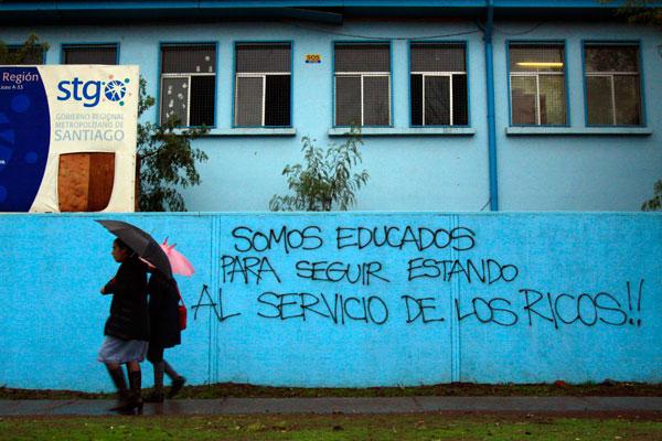 Tristes y explotados: la infelicidad que deja el modelo económico chileno