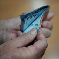 """Covid-19 golpea a los chilenos: casi un 40% considera que es """"muy poco"""" probable que puedan pagar sus deudas"""