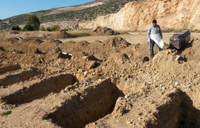 El doble dolor de los griegos que deben exhumar a sus muertos