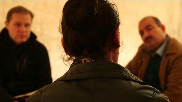Hannan, una mujer de la secta yazidi, fue vendida como esclava en un mercado para combatientes de EI