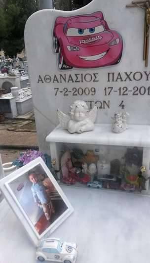 El dueño de una funeraria Nikos Pahoumis enfrenta ahora la exhumación de su propio hijo.