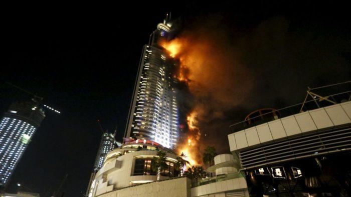 Gran incendio en rascacielos de Dubai antes de celebraciones fin de año