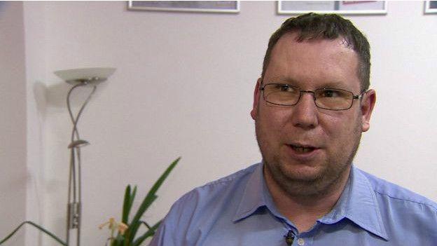 A Michael Richter los neonazis le colocaron una bomba en el auto y otra en su oficina.