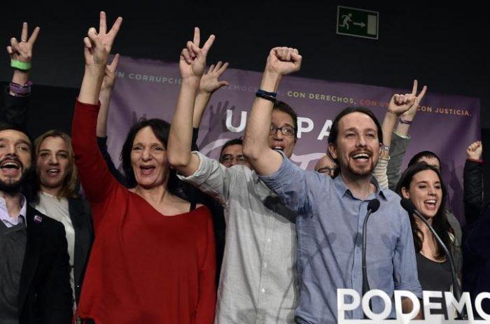 """[Video] Podemos celebra tras elecciones generales en España entonando """"El Pueblo Unido"""" de Quilapayún"""