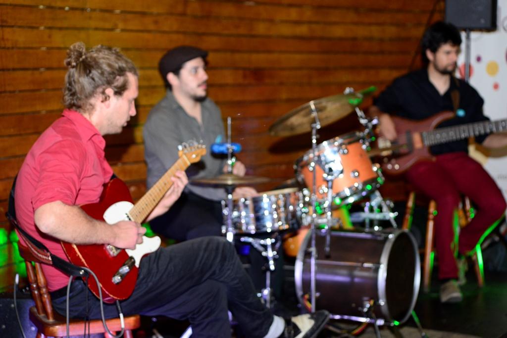 La banda Caravana Trio ambientando el Encuentro Faro.