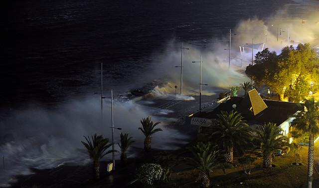 Marejada: olas que superan 5 metros provocan daños en Viña del Mar y cierre de Av. Perú