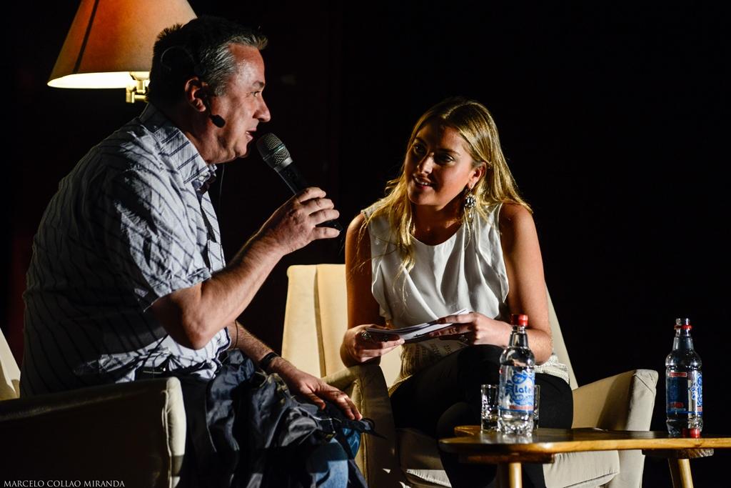 Jorge Sanchez, uno de los charlistas, junto a la presentadora Francisca Jorquera.