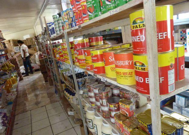 Los tonganos también consumen carne en enormes latas de hasta 2,7 kilos.