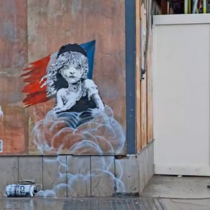 Tapan con tablones el nuevo mural de Banksy frente a embajada francesa en Londres