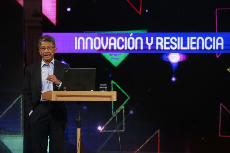 Domingo 24 enero 2016 Los expositores Eduardo Bitran y Dado Banato exponen el tema Panel 28 - Innovación y resiliencia / Impacto social de las nuevas tecnologías moderada por el Senador Guido Girardi Foto:_victor Tabja