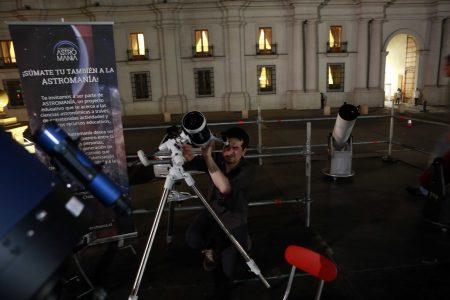 Martes 19 de enero 2016  Una veintena de personas tuvieron el privilegio de observar a través de microscopio  la lunas y algunos cuerpos celestes   desde la plaza de la construcción  con motivo de  celebrarse  el 5º CONGRESO DEL FUTURO  Foto: Victor Tabja