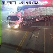 [Video] Camión sobrecargado vuelca en cámara lenta en China