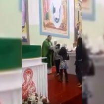 [Video] Curiosa evangelización: sacerdote golpea a niños durante la misa