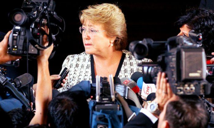 Te vas quedando sola: Bachelet a patadas con la prensa