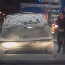 [Video] En extraño accidente, mujer quema su propio auto