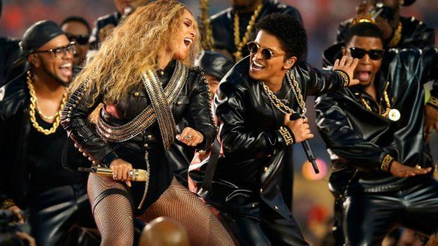 Beyoncé también compartió escenario con Bruno Mars. Ambos artistas ya habían actuado en Super Bowls anteriores.