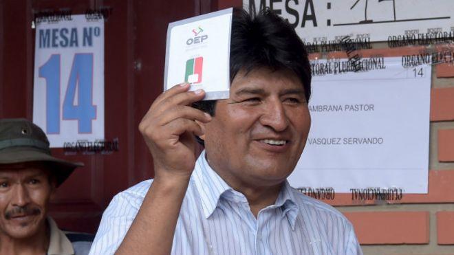Evo Morales en el momento de emitir su voto, en la mañana de este domingo.