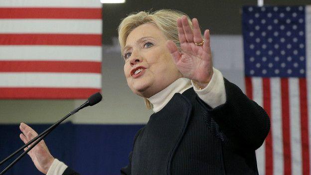 Hillary Clinton comenzó su discurso felicitando a Bernie Sanders por la victoria.