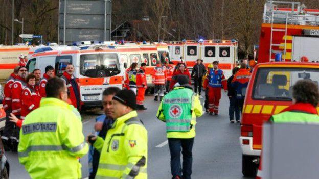 Numerosos doctores, ambulancias y helicópteros están en la escena.