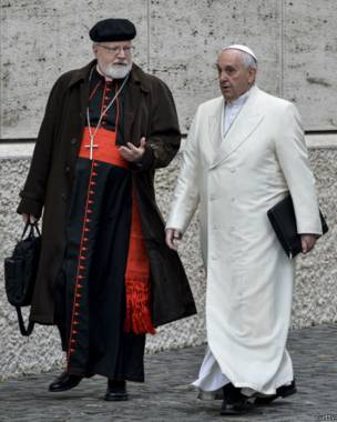 Saunders cree que la idea de crear la comisión vino del cardenal O'Malley (a la izquierda del papa Francisco).