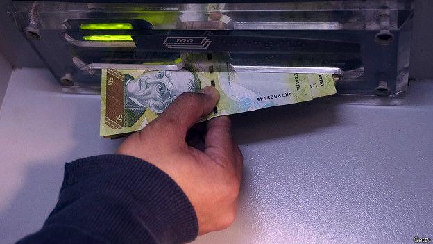 La devaluación de la moneda venezolana hace que uno deba cargar cientos de billetes para pagar por pequeñas cantidades.
