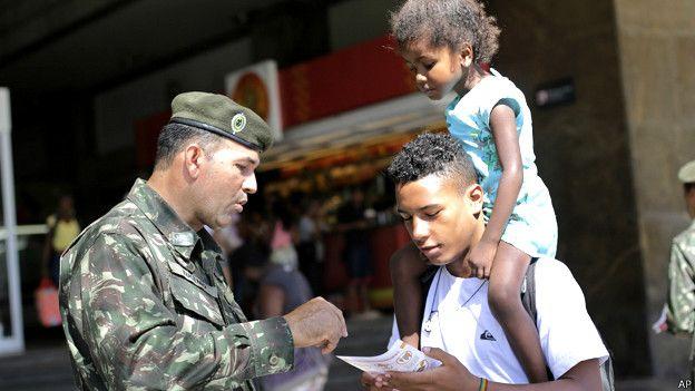 En Brasil, más de 200.000 efectivos del ejército participan de la campaña para concientizar a la población y evitar la proliferación del mosquito Aedes aegypti, transmisor del dengue, la fiebre chikunguña y el virus del zika